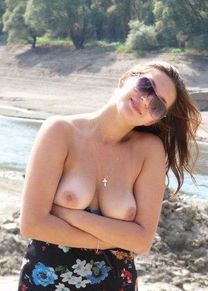 Девушка показывает свое тело на отдыхе, она постепенно раздевается и дает себя разглядеть - фото 5