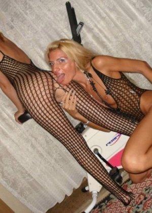 Шикарные лесбиянки показывают умопомрачительные игры друг друга, очень возбуждая этим - фото 10