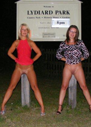 Две представительницы прекрасного пола показали свои дырочки - фото 44