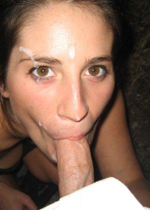 Девушка доводит мужчин до оргазма с помощью ротика специально для того, чтобы ощутить на лице сперму - фото 13