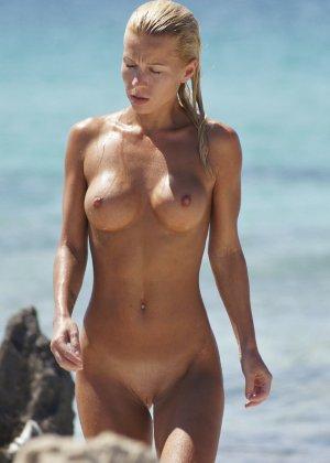 Блондинка обладает шикарной фигурой, поэтому смотреть на нее, пока она ничего не подозревает – одно удовольствие - фото 3