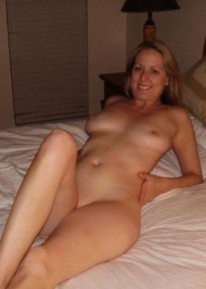 Под открытым небом позирует совершенно голенькая девка - фото 28