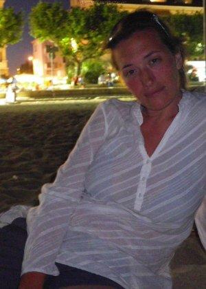 Женщина, несмотря на свое неидеальное тело, показывает себя перед камерой, засветив волосатой пиздой - фото 3