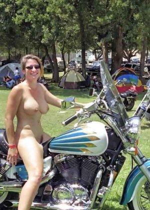 Множество фотографий, на которых девушки показывают обнаженные тела на фоне мотоциклов - фото 16