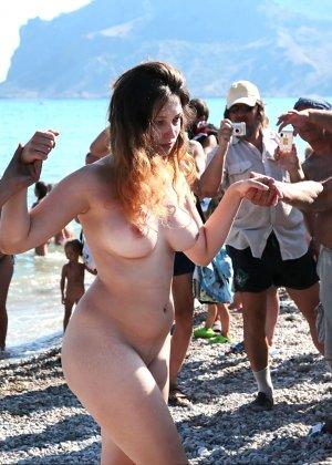 На нудистком пляже много голых девушек, которые с удовольствием показывают себя окружающим - фото 15