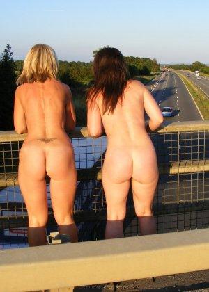 Две представительницы прекрасного пола показали свои дырочки - фото 40