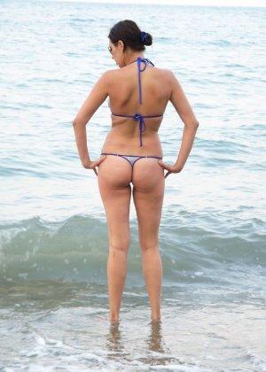 Девушка показывает свое тело на отдыхе, она постепенно раздевается и дает себя разглядеть - фото 17