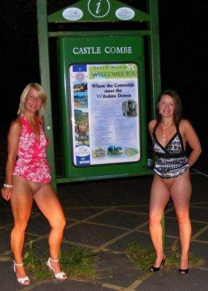 Две представительницы прекрасного пола показали свои дырочки - фото 37