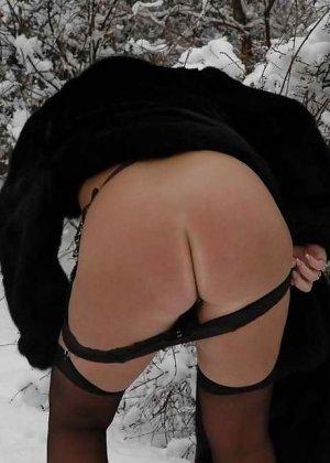 Развратная женщина в черных чулках разделась зимой на улице - фото 3
