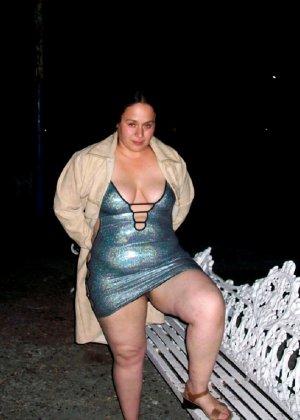 Полная женщина прямо на улице хвастается своей фигурой, абсолютно забывая о всяком стеснении - фото 18