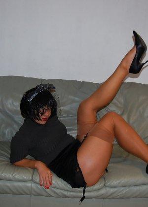 Раскрепощенная и гламурная чертовка хвастается своим сексуальным телом - фото 2