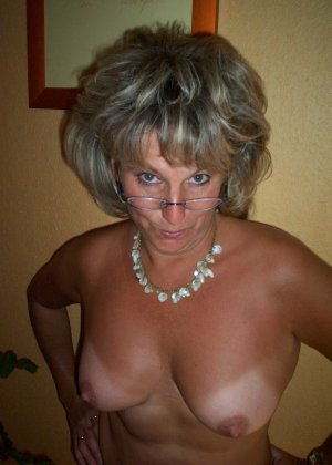Зрелая дамочка достаточно решительна для того, чтобы показать свою хорошо сохранившуюся фигуру - фото 10