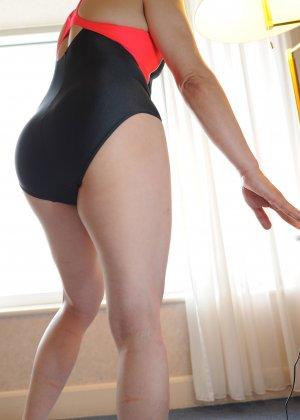 Красивая милашка позирует перед фотографом в прозрачных трусиках - фото 2