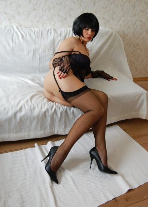 Раскрепощенная и гламурная чертовка хвастается своим сексуальным телом - фото 24