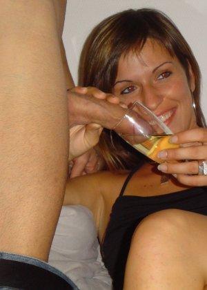 Веселая компания хорошо проводит время, исследуя тела друг друга и забывая обо всяких приличиях - фото 2
