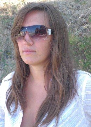 Женщина, несмотря на свое неидеальное тело, показывает себя перед камерой, засветив волосатой пиздой - фото 44