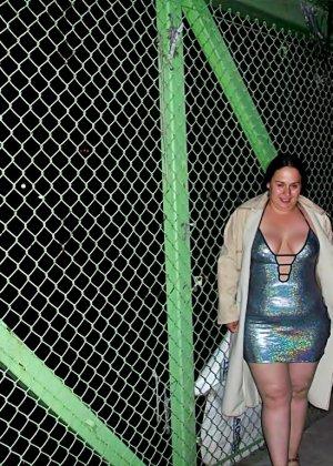 Полная женщина прямо на улице хвастается своей фигурой, абсолютно забывая о всяком стеснении - фото 23