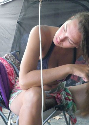 Женщина, несмотря на свое неидеальное тело, показывает себя перед камерой, засветив волосатой пиздой - фото 18