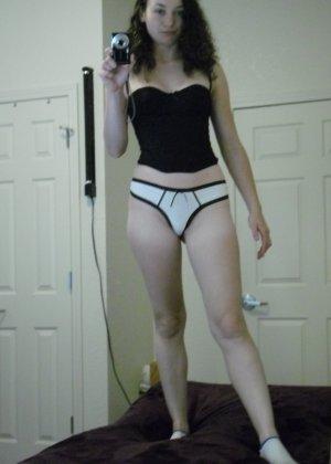 Немецкая развратница снимает с себя грязные носочки, чтобы одеть их на руку и вставлять их в дырочки, нюхать - фото 14