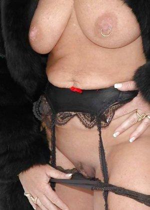 Развратная женщина в черных чулках разделась зимой на улице - фото 9