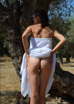 Девушка показывает свое тело на отдыхе, она постепенно раздевается и дает себя разглядеть - фото 30
