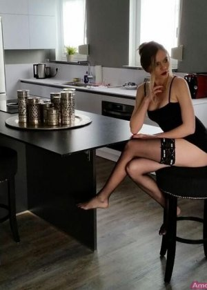Горячая немецкая штучка очень соблазнительна в красивом белье и без него - она не знает стеснения - фото 18