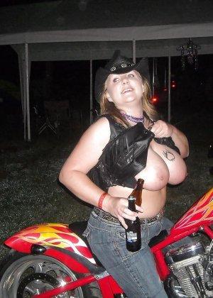 Множество фотографий, на которых девушки показывают обнаженные тела на фоне мотоциклов - фото 24