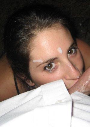 Девушка доводит мужчин до оргазма с помощью ротика специально для того, чтобы ощутить на лице сперму - фото 15