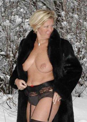 Развратная женщина в черных чулках разделась зимой на улице - фото 12