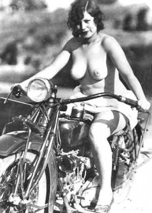 Множество фотографий, на которых девушки показывают обнаженные тела на фоне мотоциклов - фото 31