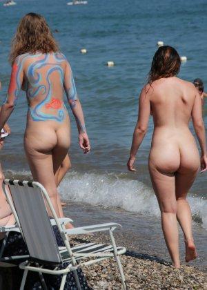 На нудистком пляже много голых девушек, которые с удовольствием показывают себя окружающим - фото 5