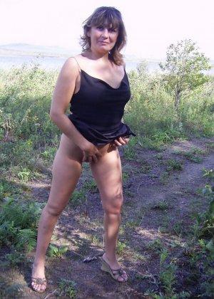 Зрелая женщина готова показать свои прелести всем подряд – она демонстрирует себя прямо на природе - фото 29