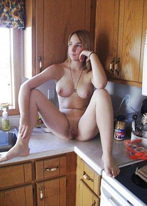 В этой галерее можно насладиться красотой девушек в домашней обстановке, которые раздеваются прямо на кухне - фото 20