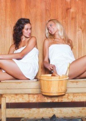 В сауне симпатичные девчонки занимаются непристойностями - фото 9