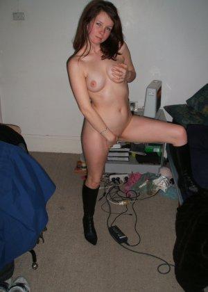 Озорная девушка постепенно снимает с себя всё, показывая классное тело со всеми интимными подробностями - фото 27