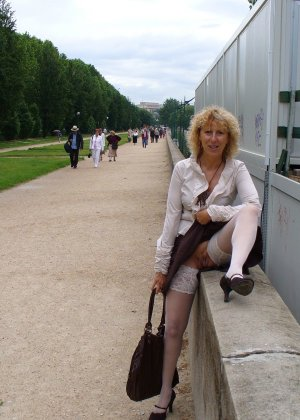 Зрелая женщина гуляет по городу и показывает себя в самых разных ракурсах – ей нравится обращать на себя внимание - фото 25
