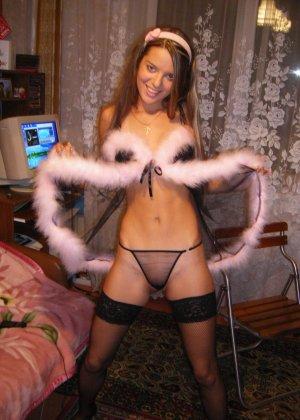 Горячая молодая девушка показывает свое тело в разных эротических нарядах – при этом она всегда сексуальна - фото 27