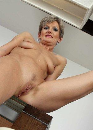 Мелани уже очень немолода, но старается выглядеть сексуально и у нее это отлично получается - фото 24