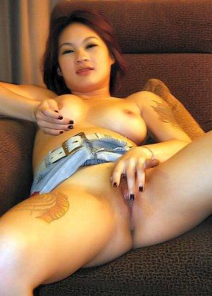 Азиатская красавица демонстрирует сиськи и дырочку между ножками - фото 32