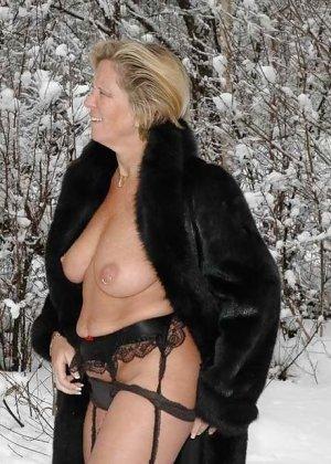 Развратная женщина в черных чулках разделась зимой на улице - фото 11