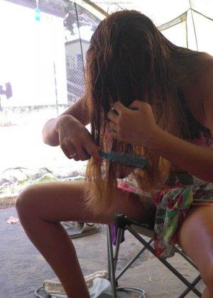 Женщина, несмотря на свое неидеальное тело, показывает себя перед камерой, засветив волосатой пиздой - фото 15