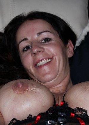 Раскованная женщина в зрелом возрасте готова принимать разные позы, лишь бы всю ее было видно - фото 9