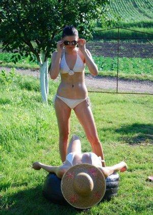 Самые разнообразные девушки хвастаются своими фигурками – кто-то делает селфи, а кто-то участвует в профессиональной фотосессии - фото 29