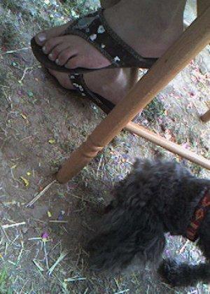 Улыбчивая Лиза очень стесняется, поэтому все, что она может показать – ножки в шлепках - фото 16
