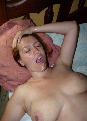 Карола работает ротиком, а затем принимает на свое личико фонтан спермы – ей даже нравится такое отношение - фото 11