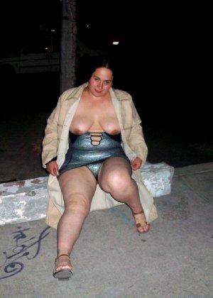 Полная женщина прямо на улице хвастается своей фигурой, абсолютно забывая о всяком стеснении - фото 1