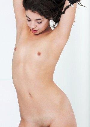 Сексуальные девушки с небольшими сиськами эротично позирует голыми - фото 8