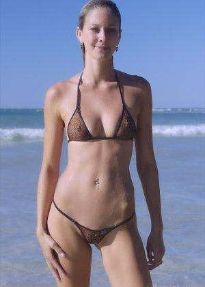 Ванесса показывает, как она любит примерять купальники, которые еле прикрывают ее тело - фото 5