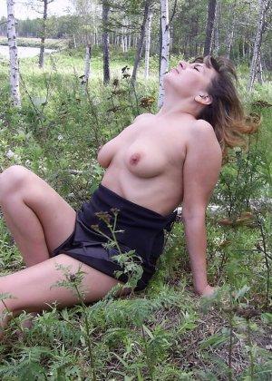 Зрелая женщина готова показать свои прелести всем подряд – она демонстрирует себя прямо на природе - фото 39