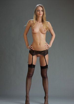 В студийной фотосессии шикарная блондинка раскрывается по полной – ей есть, что показать - фото 26